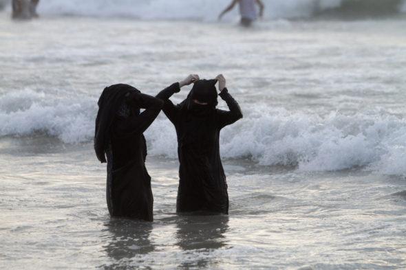 Zakaz przebywania w burkini na nadmorskiej plaży? To już jest przegięcie.